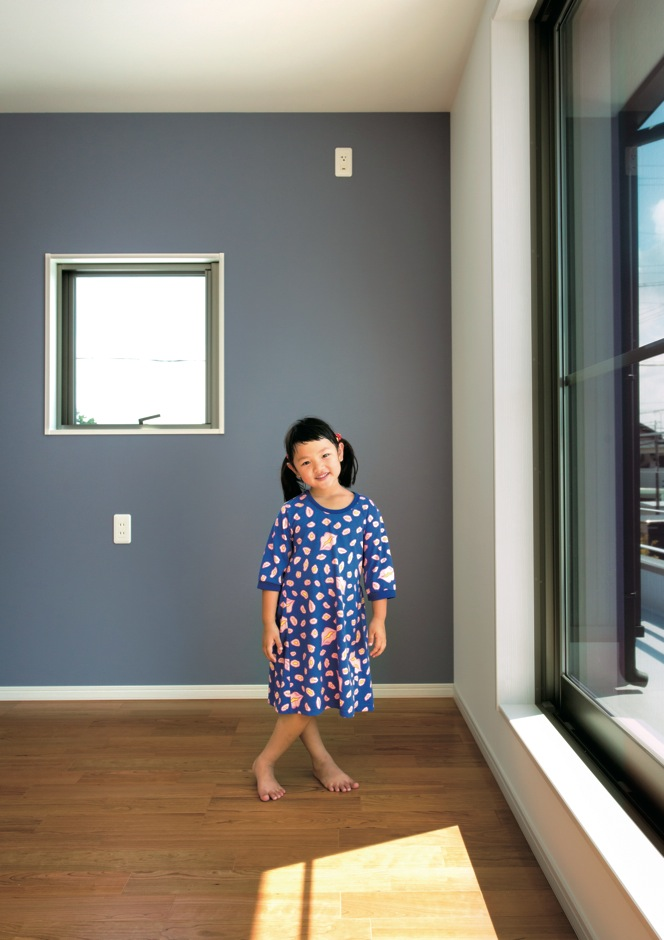 寿建設【子育て、趣味、間取り】主寝室のクロスは、北欧のインテリアが好きな奥さまのセレクト