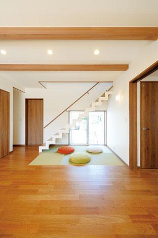 寿建設【デザイン住宅、収納力、間取り】階段下の畳コーナーは、ゴロンと横になったり、洗濯物を畳むスペースとしても使えて便利