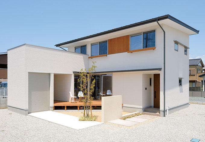 寿建設【デザイン住宅、収納力、間取り】白い壁にウエスタンレッドシダーのブラウンが映える外観。シンプルな中にも個性的なデザインセンスが光る