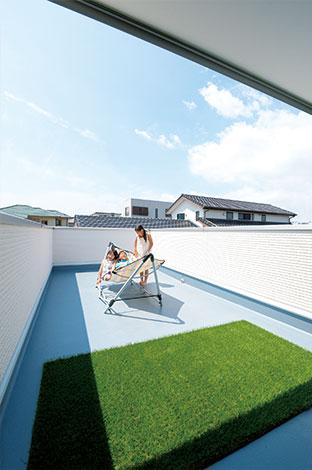 """寿建設【デザイン住宅、収納力、間取り】スカイバルコニーは """"第三の庭""""。ハンモックで昼寝したり、プールや天体観測など、多目的に楽しめる"""