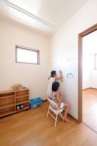寿建設【デザイン住宅、収納力、間取り】2階のフリースペースは、家族のライブラリーコーナーとして使えるのはもちろん、間仕切りすればパパの書斎にもなる