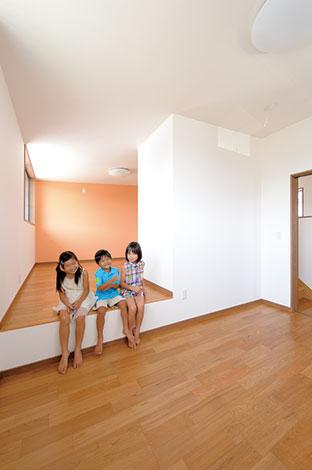 寿建設【デザイン住宅、収納力、間取り】あえて段差を設けた子ども室。成長に応じて2部屋にセパレートできる