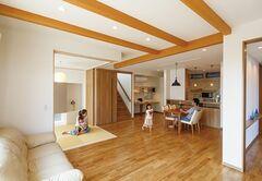 ガラス工芸作家と建てたスキップフロアの木の家