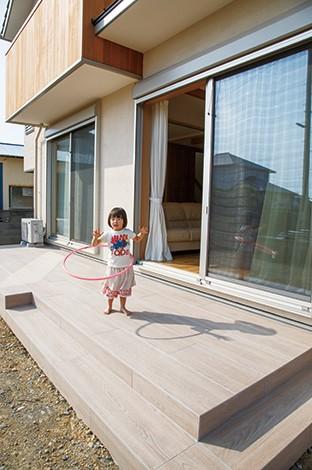 寿建設【収納力、間取り、スキップフロア】タイル製のデッキはメンテナンスフリーで便利。夏はプール遊びをしたいそう
