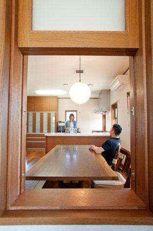 寿建設【収納力、和風、二世帯住宅】廊下からダイニングキッチンをのぞむ。小窓を押し上げると、インナー テラスの窓から清々しい風が通り抜ける