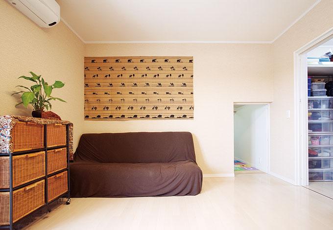 寿建設【収納力、和風、二世帯住宅】アジアンテイストの主寝室内には、大容量のウォークインクローゼットのほか、10畳の小屋裏収納を完備。出入口が小さく、子どもにとっては絶好の秘密基地に
