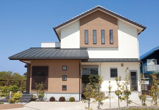 寿建設【収納力、和風、二世帯住宅】和モダンスタイルの外観。白とブラウンの色合わせ、4連の窓、格子の丸抜きなど、バランスの取れたデザインが特徴