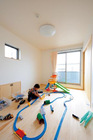 寿建設【デザイン住宅、子育て、自然素材】ポップな雰囲気の子ども部屋も南面で明るい