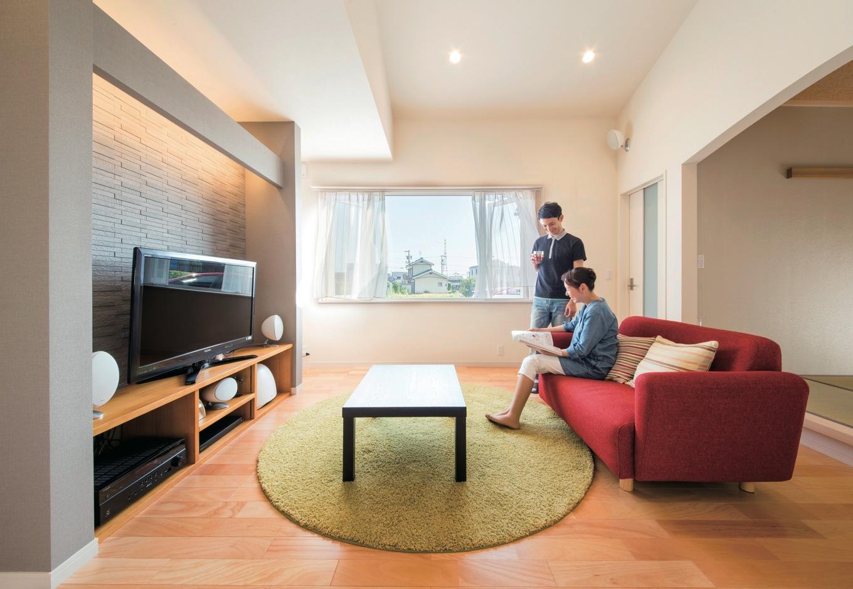 コットンハウス【デザイン住宅、省エネ、平屋】小上がりの和室と直結したリビング。間接照明とサラウンドシステムにこだわり、夜は映画館のような雰囲気でテレビやDVDを楽しめる。テレビステーションの壁は調湿効果の高いエコカラット