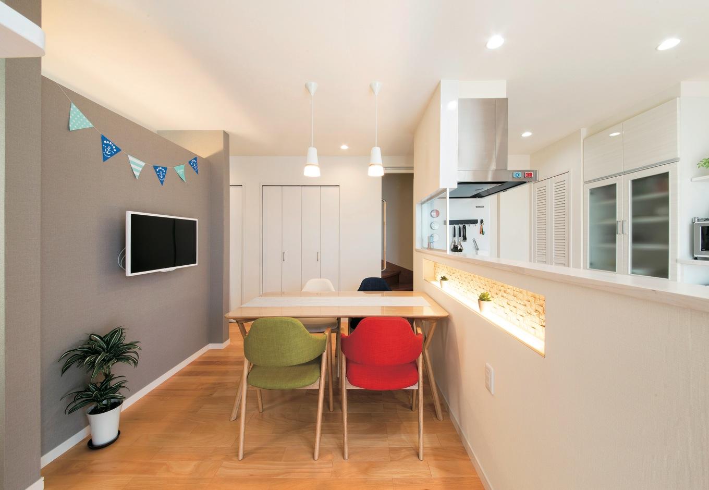 コットンハウス【デザイン住宅、省エネ、平屋】北欧チックなダイニング。キッチン背面の柔らかな間接照明は奥さまのこだわりで、食卓に潤いを与える