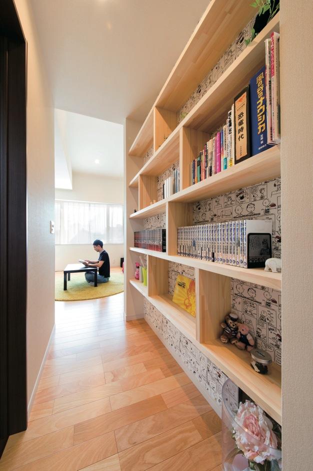 コットンハウス【デザイン住宅、省エネ、平屋】デッドスペースを有効利用した大容量の本棚。ビルトインで廊下の幅が狭くなるのを防ぐ