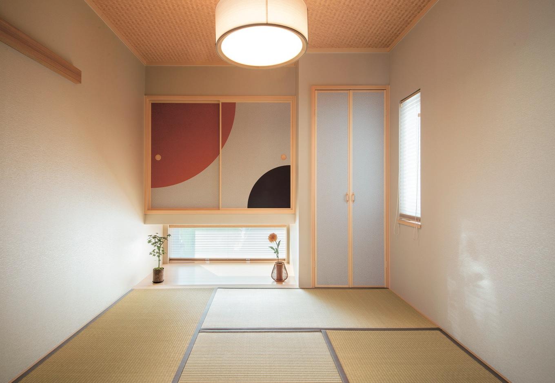 コットンハウス【デザイン住宅、省エネ、平屋】ご主人がデザインした吊り押入れの絵柄がシンプルな和室のスパイスに