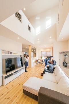 ハイブリッド断熱工法で年中快適! 彩りが楽しい自然素材の家