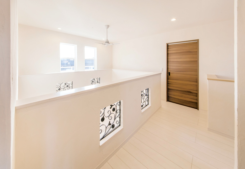 コットンハウス【デザイン住宅、省エネ、インテリア】高窓の開閉がしやすいように吹抜けを取り囲むように廊下を設けた2階ホール