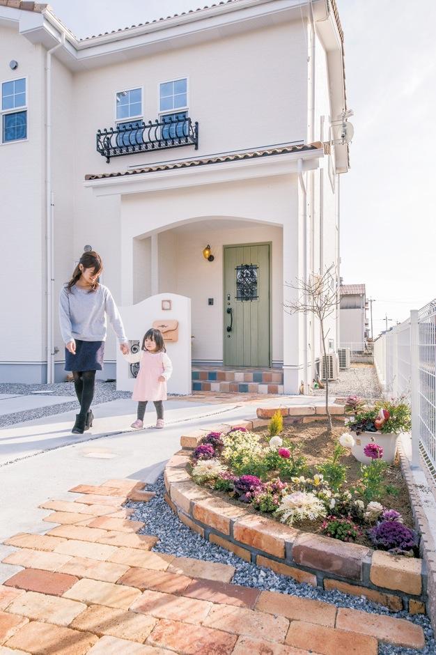 コットンハウス【デザイン住宅、省エネ、インテリア】門扉は外壁と同じ白い塗り壁仕上げにしてトータルコーディネート