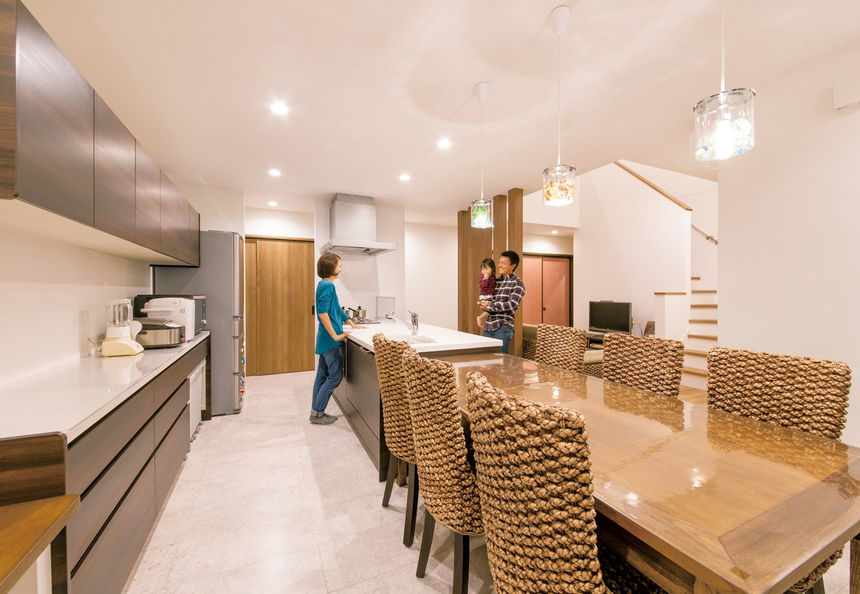 コットンハウス【収納力、省エネ、間取り】アジアンテイストの家具でコーディネートしたアイランドキッチン。1階はもちろん、吹抜けを通して2階の気配もわかるので奥さまも安心。床は傷がつきにくく掃除もしやすいタイル調のフローリング