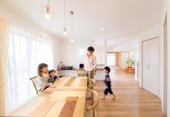 白い空間を楽しく彩って子どもがのびのび育つ家