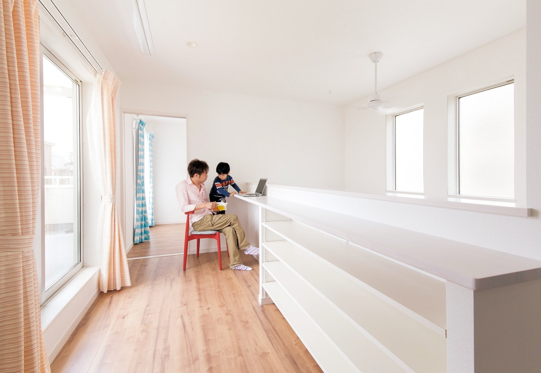 コットンハウス【子育て、収納力、間取り】2階のフリースペースには本棚を設置。本を読んだり、室内干しをしたり、アイロンをかけたりと、フレキシブルに活用できる