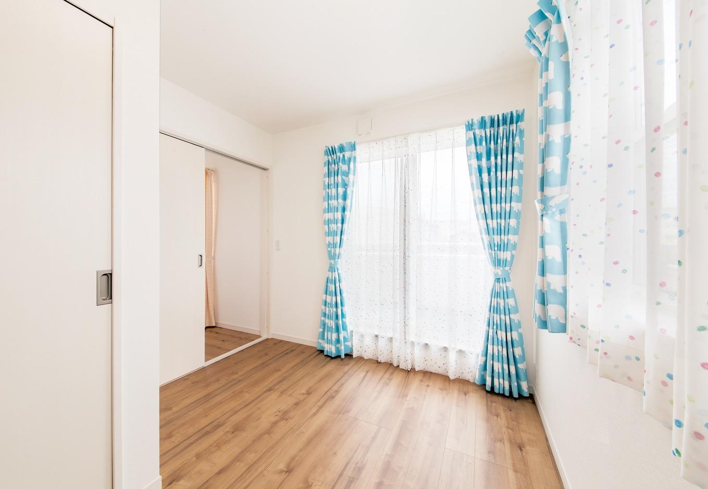 コットンハウス【子育て、収納力、間取り】子ども部屋の水色のカーテンは、白くまの模様。シ ンプルな空間を個性豊かなファブリックで楽しく演出