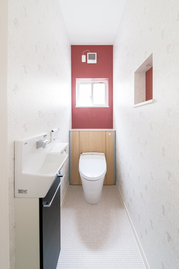 コットンハウス【子育て、収納力、間取り】トイレはキャラクター模様×赤で コーディネート