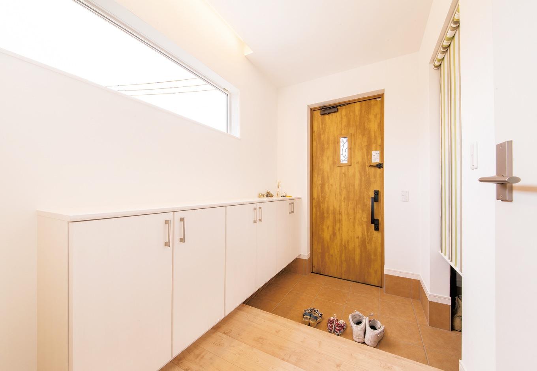 コットンハウス【子育て、収納力、間取り】玄関を入って左手にシューズクローク、右手に玄関収納を設け、 収納スペースをたっぷり確保