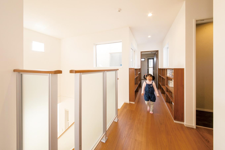 コットンハウス【子育て、収納力、省エネ】2階の廊下には両サイドに書棚をたっぷり確保
