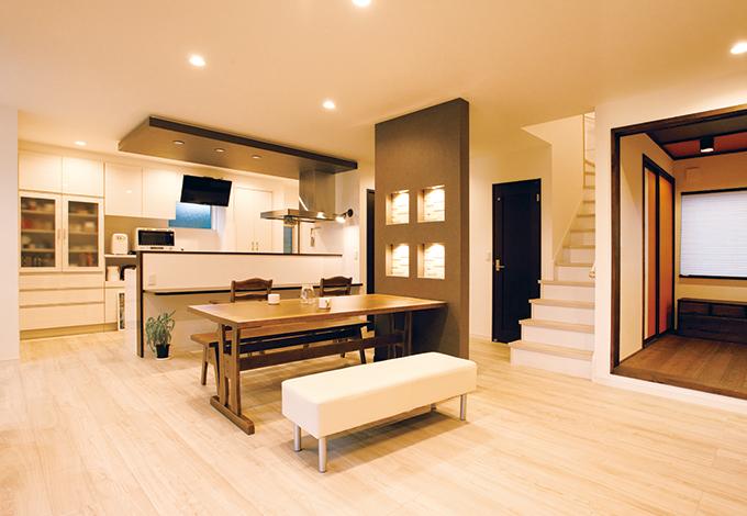 コットンハウス【デザイン住宅、収納力、趣味】壁や天井のアクセントクロスやニッチがLDKをスタイリッシュに演出。仕切りのないオープンな空間で、家族がいつも一緒に寛げる。四方に窓を設け、採光や風通しにも配慮した