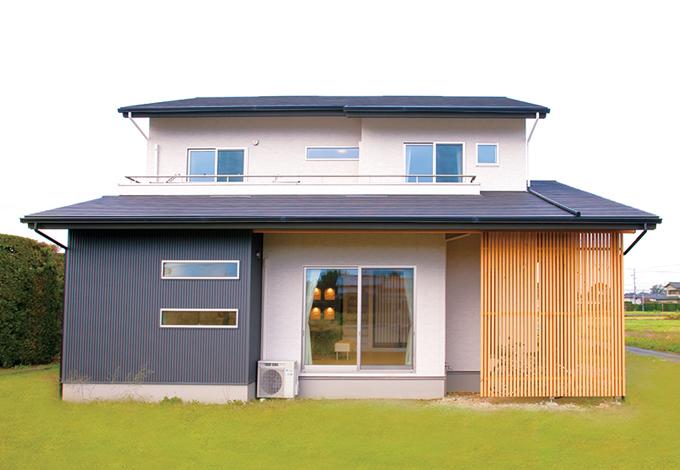 コットンハウス【デザイン住宅、収納力、趣味】和モダンを意識した外観。格子の裏は自転車置き場に利用
