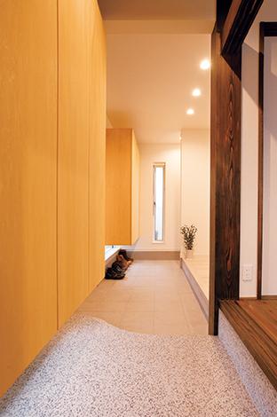 コットンハウス【デザイン住宅、収納力、趣味】横長の玄関土間。壁面収納の下に地窓を設け、明るさを確保。右側の壁の奥に家族用の下足場を設けてある