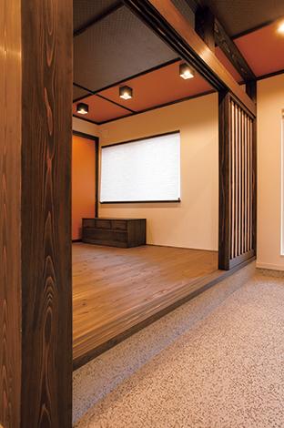 コットンハウス【デザイン住宅、収納力、趣味】玄関側の壁に沿って収納を設けたことで、 広々とした横長の土間が実現。ゲストを招き入れる機会の多い和室にも、土間から直接上がれるようにした