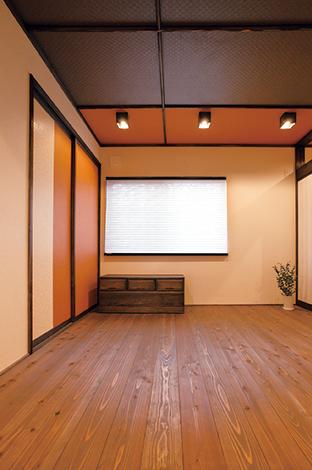 コットンハウス【デザイン住宅、収納力、趣味】スギ板張りの和室。木部と天井をダークブラウンでまとめ、レンガ色をアクセントに加えた和モダンの佇まいが心を和ませる