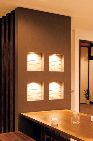 コットンハウス【デザイン住宅、収納力、趣味】アクセントウォールに設けたニッチ。エコカラットやガラスの素材感を照明で強調し、ダイニングをスタイリッシュに演出