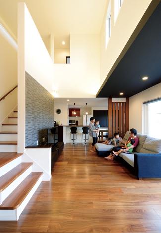 コットンハウス【デザイン住宅、子育て、輸入住宅】鉄骨並みのダイナミックな吹抜けを取れるのが 『コットンハウス』の魅力。ウォールナットの床と白い壁にポイントカラーの黒を入れて空間を引き締めた