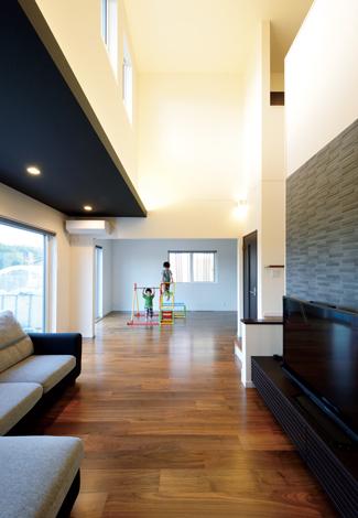 コットンハウス【デザイン住宅、子育て、輸入住宅】リビング奥の7.5畳は、将来的に両親が同居するときの部屋。それまでは子どもたちの自由な遊び場として開放している