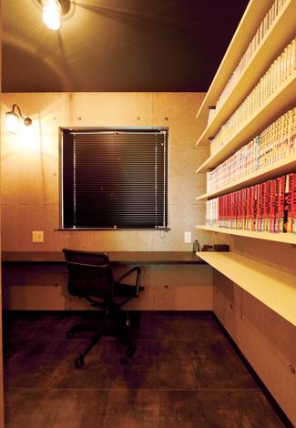 コットンハウス【デザイン住宅、子育て、輸入住宅】ご主人の書斎。子どもたちを寝かしつけた後、ひとりこもって、お酒やタバコを嗜む。造作の可動棚にはマンガ本がぎっしり