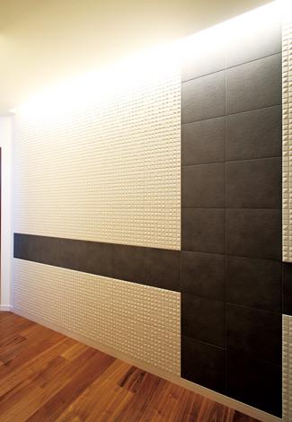 コットンハウス【デザイン住宅、子育て、輸入住宅】玄関ホールの壁一面に貼ったエコカラット。 夏のジメジメ、冬の乾燥を防ぎ、ニオイを吸着して空気をきれいにしてくれる
