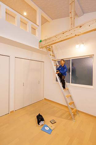 コットンハウス【デザイン住宅、狭小住宅、屋上バルコニー】自分の部屋ができてご満悦のI君。太い梁にハンモックを吊る計画も。「ロフトは僕の秘密基地です」