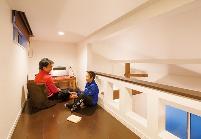 コットンハウス【デザイン住宅、狭小住宅、屋上バルコニー】勾配天井を活かした主寝室のロフトはパパのPCコーナー