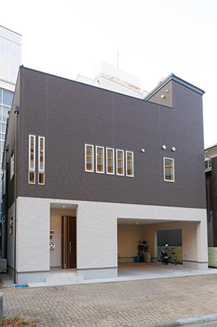 コットンハウス【デザイン住宅、狭小住宅、屋上バルコニー】住宅街でもひときわセンスの良さが目立つデザイン住宅。1階はビルトインガレージ