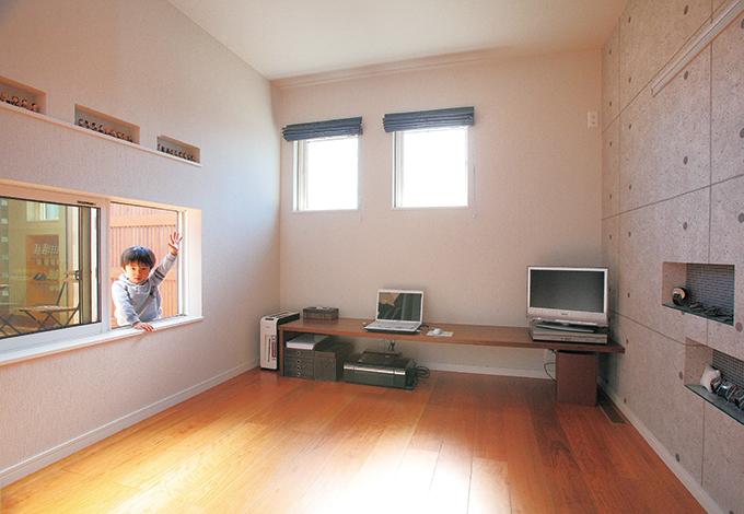コットンハウス【デザイン住宅、子育て、趣味】ご主人が書斎にこもらないように、中庭からも見えるように窓を付けた。遊び心たっぷりのクロスとおしゃれなカーテンは『コットンハウス』の提案