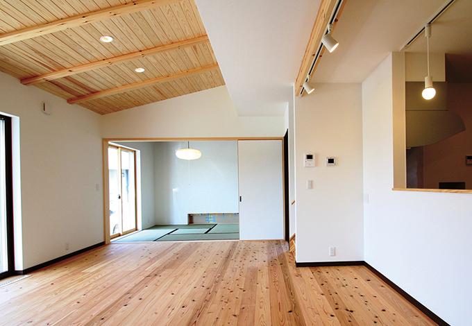 コットンハウス【二世帯住宅、自然素材、省エネ】「コットンハウス」が採用している床下暖房は、低温輻射熱により自然な暖かさが得られ、自然対流熱で部屋の温度差もなし。深夜電力を利用するためランニングコストも安価に!