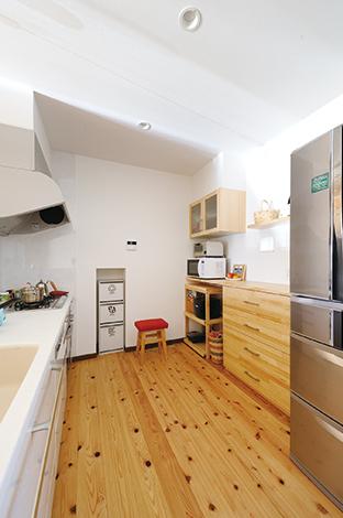 コットンハウス【二世帯住宅、自然素材、省エネ】料理好きの奥さまがこだわったキッチン。木製のカウンター&吊り戸棚がお気に入り