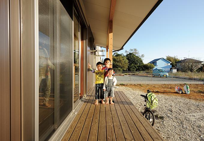 コットンハウス【二世帯住宅、自然素材、省エネ】軒を伸ばしたため少々の雨ならデッキに出ても濡れずに遊べる