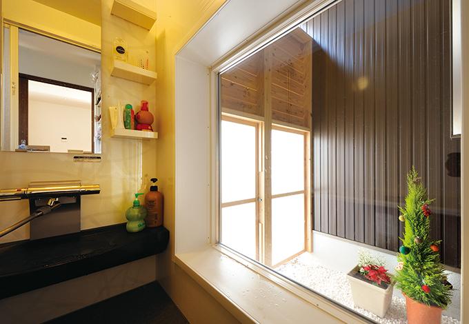 コットンハウス【二世帯住宅、自然素材、省エネ】坪庭を眺めるバスルーム