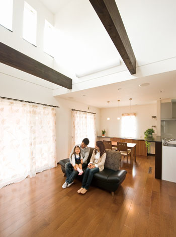 床ではなく基礎コンクリートにヒーターが組み込まれるため、建物全体がじんわりぽかぽか。低温やけどの心配がなく、空気も乾燥しないので健康的だ