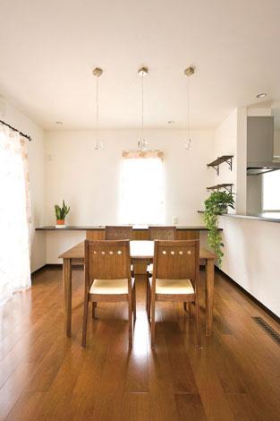 コットンハウス【デザイン住宅、輸入住宅、省エネ】造作の棚はあとから希望したもの。水まわりはキッチン奥にまとめて配置した、家事効率を高めた