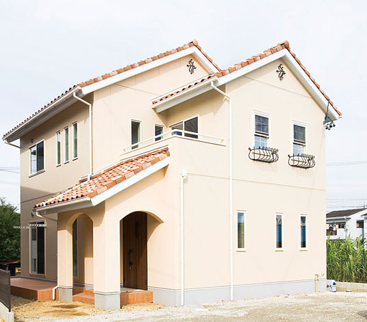 コットンハウス【デザイン住宅、輸入住宅、省エネ】南欧風の外観は、妻飾りとフラワーボックスが印象的。玄関まわりのみ塗り壁とし、コストに配慮した