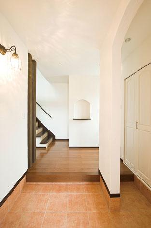 コットンハウス【デザイン住宅、輸入住宅、省エネ】シューズクロークは容量たっぷり。奥さまセレクトの照明があたたかく迎えてくれる