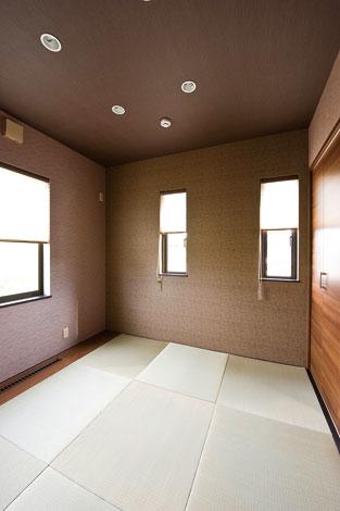 コットンハウス【デザイン住宅、輸入住宅、省エネ】壁紙でモダンな和を演出。静かにお昼寝できるよう、リビングから離れた場所に