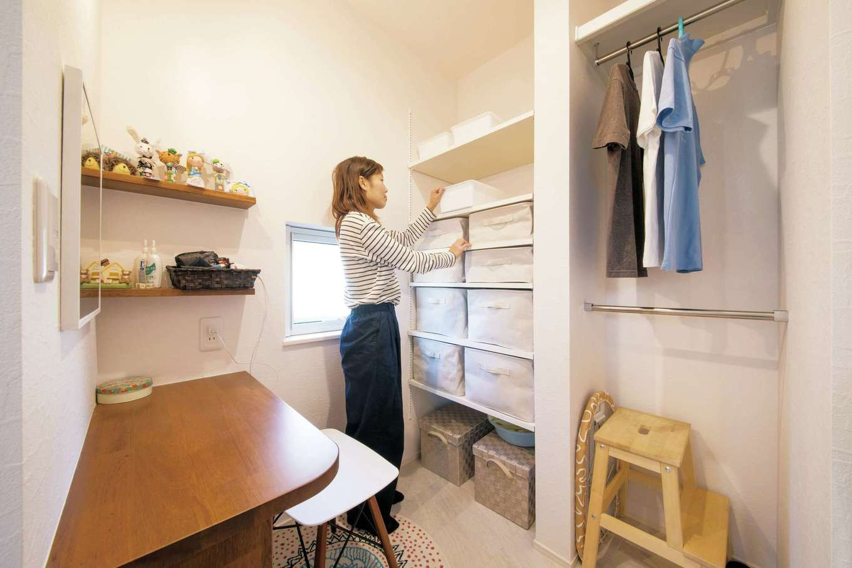 コットンハウス【趣味、省エネ、間取り】キッチンと洗面・浴室の間に設けた家事コーナー。アイロンがけや裁縫などに使える造作の机や、ハンガー、可動棚を設けてあり、使い勝手が便利!